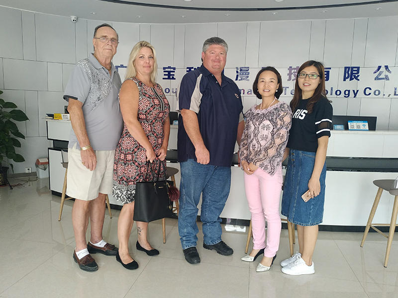 European and American Customers Visit BLEE and Take a Group Photos